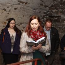 Táborský křest Mrtvé šelmy ve středu 15. 4. 2015, čtení ve sklepení, fotil Josef Böhm